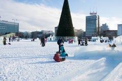 ONDULACIÓN PERMANENTE, Rusia, febrero, 06 2016: La ciudad helada del Año Nuevo en el Espl Imagenes de archivo