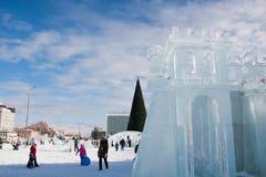 ONDULACIÓN PERMANENTE, Rusia, febrero, 06 2016: La ciudad helada del Año Nuevo en el Espl Imágenes de archivo libres de regalías