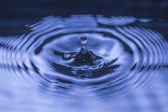 Ondulación de la gotita de agua Foto de archivo libre de regalías