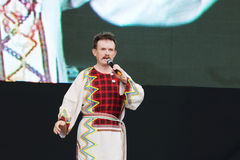 ONDULACIÓN PERMANENTE, RUSIA - 25 DE JUNIO DE 2014: Cantante de los hombres de las canciones populares rusas Foto de archivo