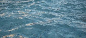 Ondulaciones azules azules del agua Imagenes de archivo