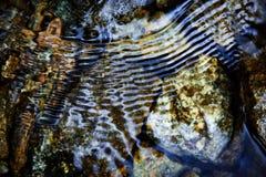 Ondulaciones azules en el río Fotografía de archivo