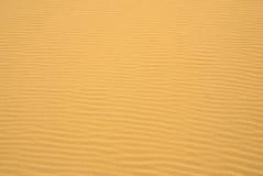 Ondulaciones de oro de la arena imagen de archivo libre de regalías
