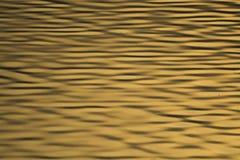 Ondulaciones de oro del agua Foto de archivo libre de regalías