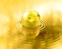 Ondulaciones de oro del líquido del oro del planeta de la tierra Imagen de archivo libre de regalías