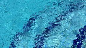Ondulaciones del agua en una piscina metrajes