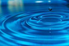 Ondulaciones en agua azul clara imágenes de archivo libres de regalías