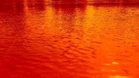 Ondulaciones en el agua, el viento Colores brillantes de la naranja, amarillos y rojos almacen de metraje de vídeo