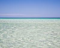 Ondulaciones en un mar azul claro fotos de archivo libres de regalías