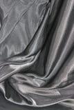 Ondulando dobras da tela da seda cinzenta Fotos de Stock
