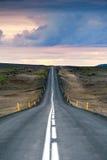 Ondulated και κενός δρόμος στο υπο--αρτικό ισλανδικό τοπίο Στοκ Φωτογραφία