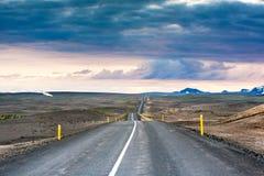 Ondulated και κενός δρόμος στο υπο--αρτικό ισλανδικό τοπίο Στοκ φωτογραφία με δικαίωμα ελεύθερης χρήσης