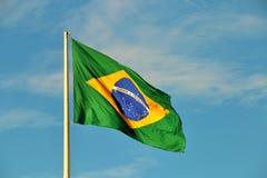 Ondulation brésilienne de drapeau photographie stock libre de droits