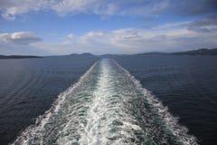 Ondulation derrière le bateau Images libres de droits