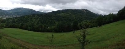 Ondulation du champ dans les montagnes Image libre de droits