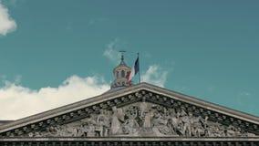 Ondulation du drapeau des Frances dans la capitale Paris sur le mât de drapeau du bâtiment de Panthéon Mouvement lent, le jour, c banque de vidéos