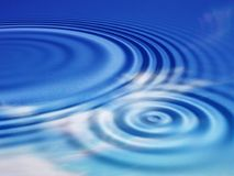 Ondulations de l'eau avec des réflexions de ciel Images libres de droits
