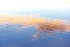 Ondulations de l'eau. Teintes bleues, oranges, jaunes photos stock