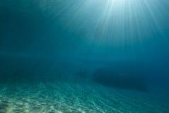 Ondulations de lumière du soleil sous-marines Photo libre de droits