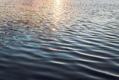 Ondulations sur l'eau Le lac dans le coucher de soleil photos stock