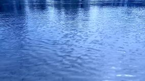 Ondulations sur l'eau, le vent Couleurs bleues, cyan, bleu-clair lumineuses Substrat visuel dynamique