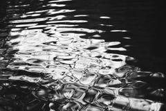Ondulations sur la rivière Image stock