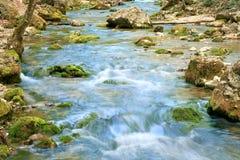 Ondulations sur le fleuve de montagne Images stock