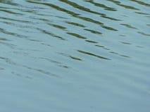 Ondulations sur le lac sous le soleil photo stock
