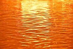 Ondulazione arancio dell'acqua. Fotografie Stock