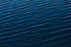 Ondulazione blu scuro dell'acqua di fiume immagine stock