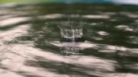 Ondulazioni, cerchi di acqua piccoli movimenti astratti dell'acqua archivi video