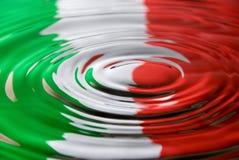 Ondulazioni contro una bandierina italiana Immagini Stock Libere da Diritti