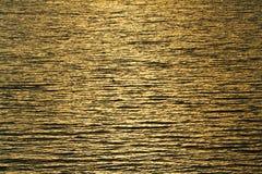 Ondulazioni dell'acqua e riflessioni dei raggi di sole fotografia stock libera da diritti