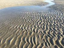 Ondulazioni della sabbia alla spiaggia Fotografie Stock Libere da Diritti