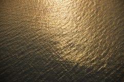 Ondulazioni dorate dell'acqua Fotografia Stock