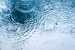 Ondulazioni e gocce dell'acqua immagini stock