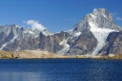 Ondulazioni su un lago della montagna Immagini Stock Libere da Diritti