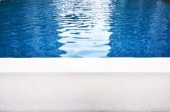 Ondule des réflexions sur le fond de piscine de surface de l'eau photographie stock libre de droits