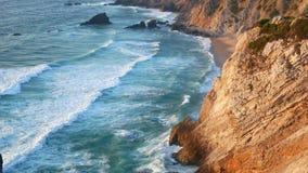 Ondule des roches de falaises d'océan clips vidéos