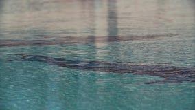 Ondule la superficie del agua de la piscina con la parte inferior tejada del modelo almacen de video