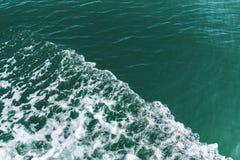 Ondule que sont provoqués par le bateau sur la mer, extérieur divisé aux secteurs, endroit pour le texte Photos libres de droits