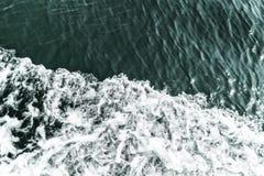 Ondule que sont provoqués par le bateau sur la mer, extérieur divisé aux secteurs, endroit pour le texte Images stock