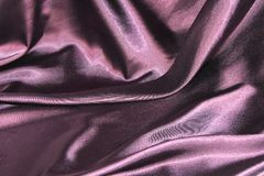 Onduler des plis du tissu de la soie pourpre photographie stock