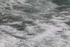 Ondulez l'éclaboussure près du promontoire rocheux dans NSW du nord, Australie Images stock