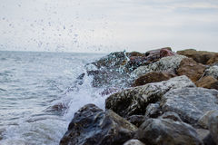 Ondulez l'écrasement dans une taupe de roche en Croatie Image stock