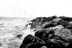 Ondulez l'écrasement dans une taupe de roche en Croatie B&W Image stock