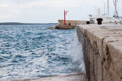 Ondulez l'écrasement dans une taupe en Croatie Images libres de droits