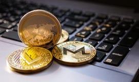Ondulez la pièce de monnaie sur le fond de clavier et le copyspace, focu sélectif images stock