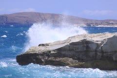 Ondulez la rupture à la plage de Sarakiniko sur l'île de Milos Photos stock