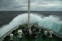 Ondulez le roulement au-dessus du museau du bateau Photographie stock libre de droits